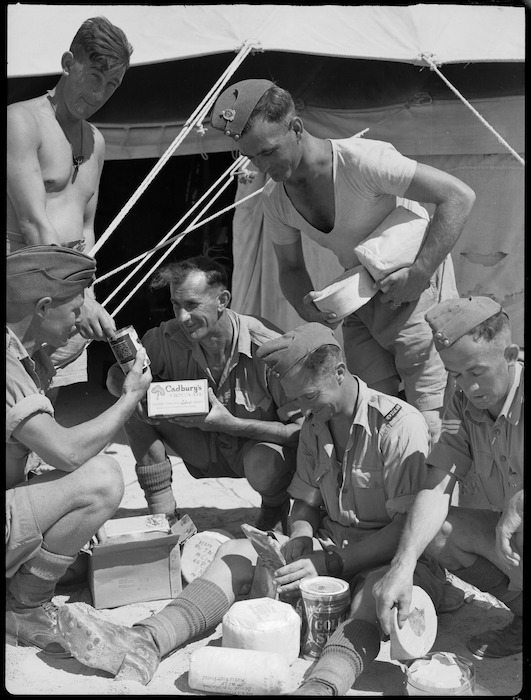 Men of NZ Division opening first mails since cessation of North African hostilities, Maadi - Photograph taken by G Bull
