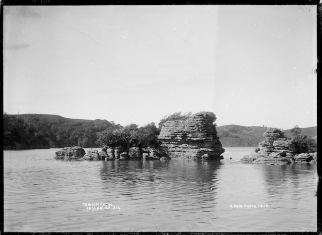 Te Pipipi Rocks, Raglan Harbour, 1910 - Photograph taken by Gilmour Brothers