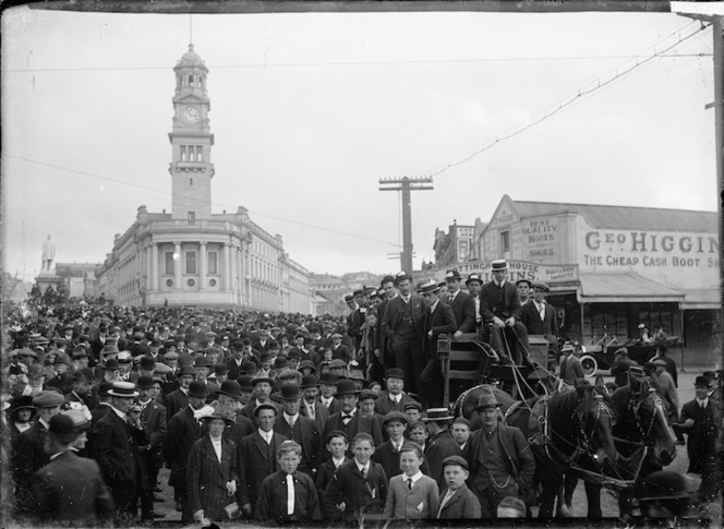 Crowd in Queen Street near the Auckland Town Hall