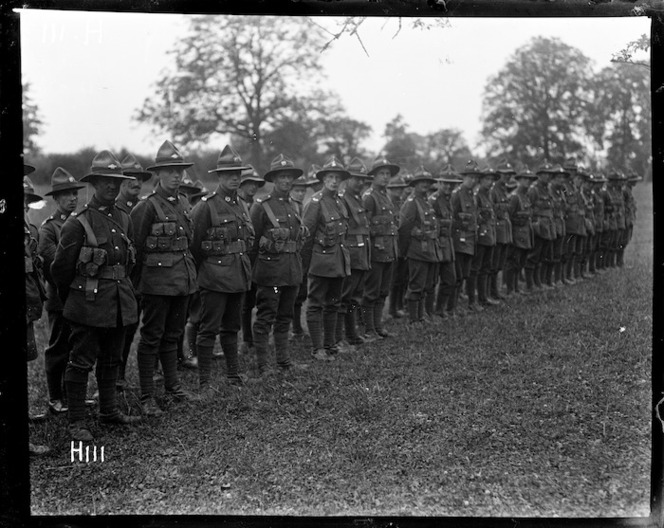 Presentation of medals to soldiers of the New Zealand Division, World War I