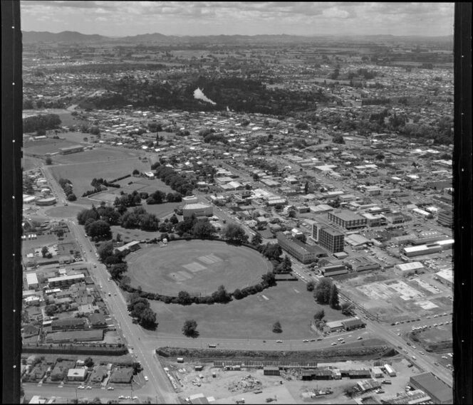 Hamilton, with sportsground (foreground), Founders Theatre (centre) and Hinemoa Park