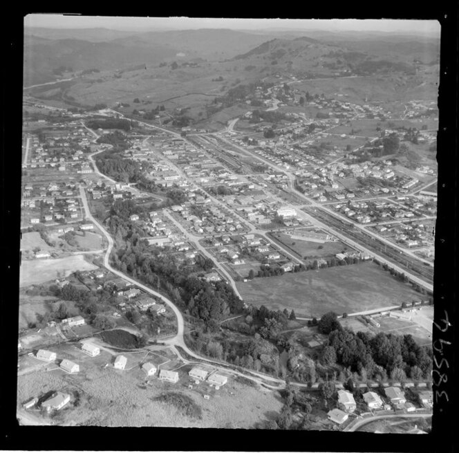 Te Kuiti, Waitomo District, showing Tammadge Street and Jennings Street into the Esplanade following the river, Rora Street through town centre with railway yard, Domain Park and school