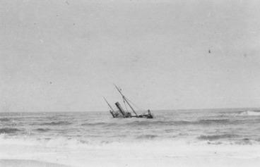 Image: [Sinking ship - World War I photograph].