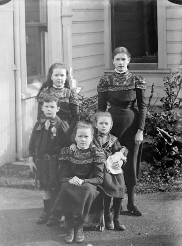 Image: Bell, Vera Margaret, 1885-1974 :Photograph of Katherine Mansfield with her siblings