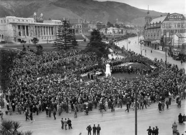 Image: Crowd surrounding a war monument, corner of Molesworth Street and Lambton Quay, Wellington