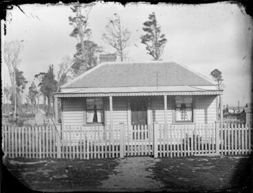 Image: Small single storied wooden house with front verandah, Whanganui