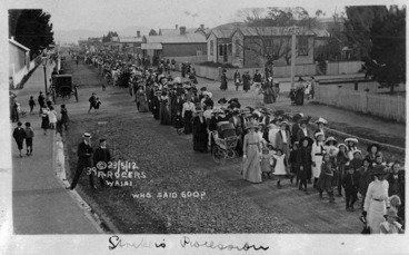 Image: Who said 600? ; Women marchers support the Waihi miners' strike