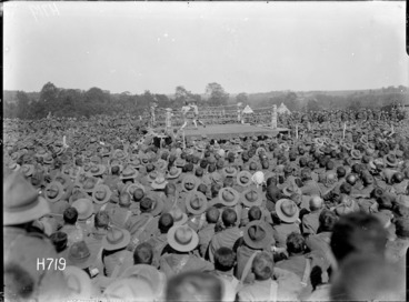 Image: Soldiers watching a boxing match at the New Zealand Divisional Sports, Authie