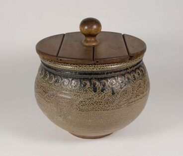 Image: Pot with wooden lid