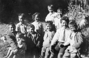 Image: [Group portait of Maori children]