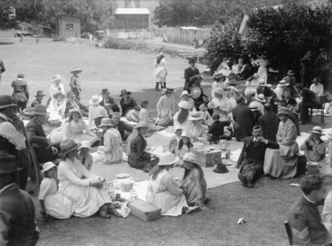 Image: Picnic at the racecourse in Nelson