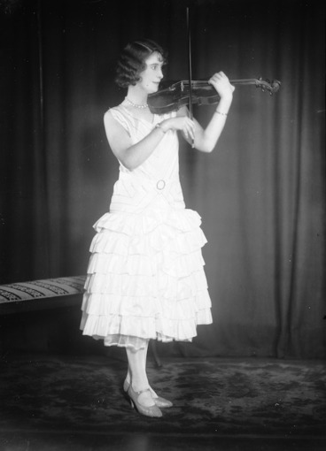 Image: Berry, William fl 1887-1925 : Portrait of a woman playing the violin