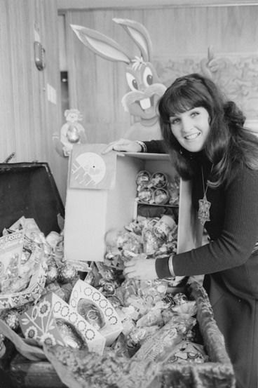 Image: Wellington singer Anna Leah donating Easter eggs to Radio Station 2ZM
