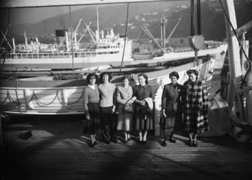 Image: English immigrant women from the Atlantis in Wellington