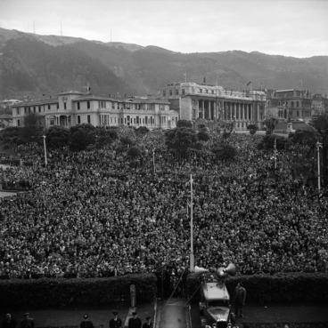 Image: Crowd on VE Day, Wellington