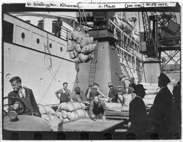 Image: Potatoes being shipped to the Dutch East Indies on the Maetsuycker, Wellington - Photograph taken by Edward Percival Christensen
