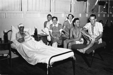 Image: Nursing staff and wounded soldiers of the 2nd New Zealand Expeditionary Force in the Pacific at the 4th General Hospital in New Caledonia