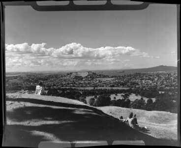 Image: Unidentified men and woman looking out over Auckland City from One Tree Hill