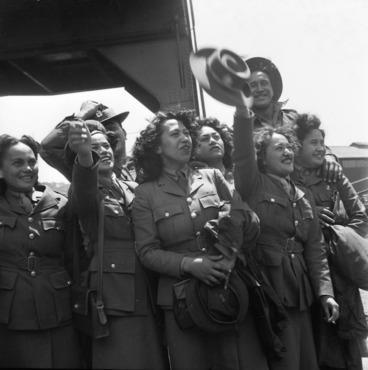 Image: Maori members of the Women's Army Auxiliary Corp, Wellington wharf
