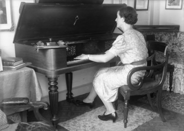 Image: Woman playing the spinet