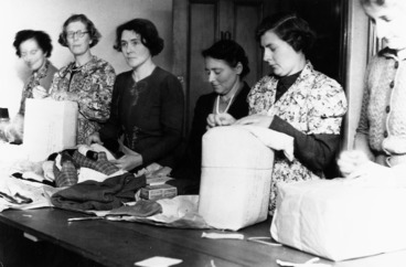 Image: Women packing parcels for New Zealand prisoners of war