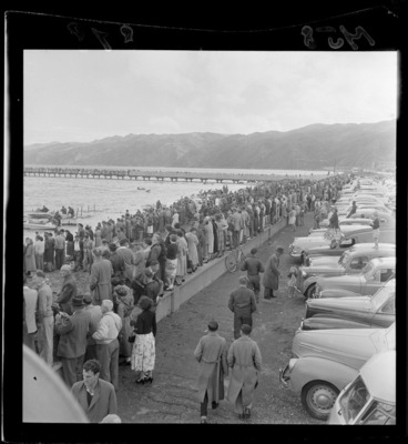 Image: Crowds of spectators and cars lined up along the beach for the speedboat regatta, Petone