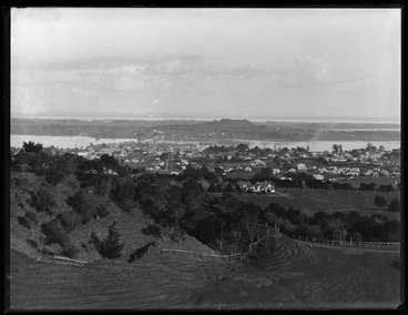 Image: Looking south from One Tree Hill over Onehunga towards the....