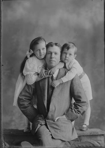 Image: Mr Arthur and children 1911
