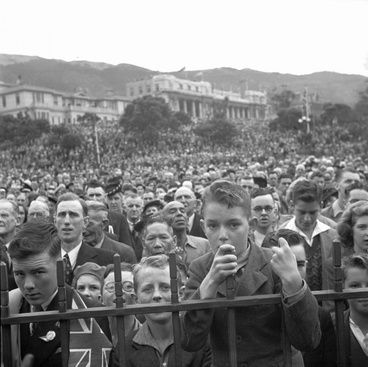 Image: VE Day crowds at Parliament