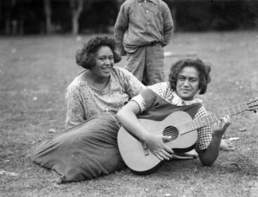 Image: Portrait of two Māori women