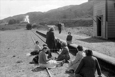 Image: Kiwi railway station: 1955 protesters