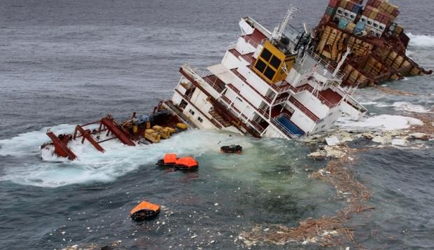 Divers check Rena wreck