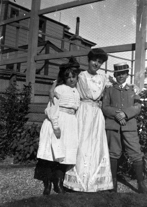Katherine Mansfield with her brother Leslie and her sister Jeanne