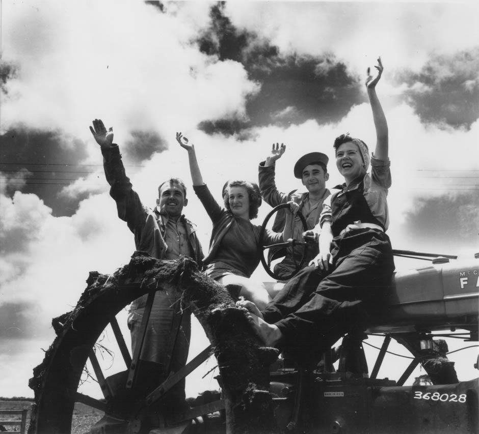 American servicemen with 'land girls'