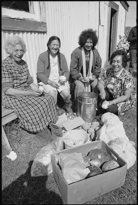 Otoko women prepare food for Maori land marchers