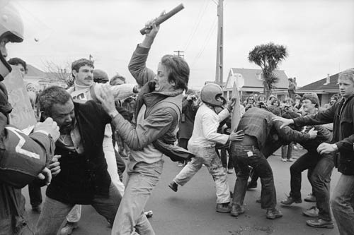 Protesters and rugby fans in conflict, 1981
