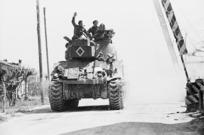 Kaye, George, 1914- :New Zealand tank moving through the village of Granarolo Faentino, Faenza, Ravenna province, Italy
