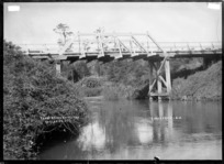 Te Uku Bridge, over the Waitetuna River, Te Uku, near Raglan, 1910 - Photograph taken by Gilmour Brothers
