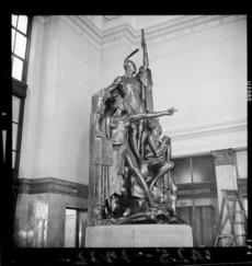 Statute of Kupe, his wife, and a tohunga