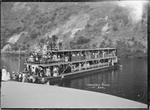 Paddle steamer Manuwai, and passengers, on the Whanganui River
