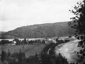 View of Waiwera, with the Waiwera Hotel on the right