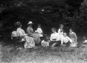 Members of the Gifford and Jones family picnicking