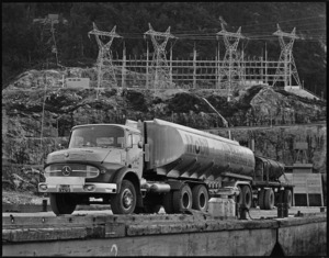 Mobil articulated petrol tanker, Manapouri
