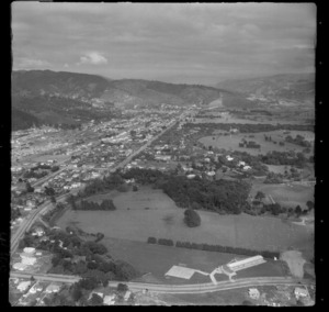 Trentham Primary School on Brentwood Street with Trentham Park and Fergusson Drive, looking south to Silverstream, Upper Hutt Valley, Wellington Region