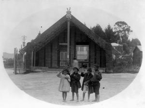 Maori children outside the Tamatekapua meeting house at Ohinemutu