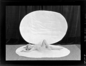 Performer, Bebe Wilts [later Miss Bebe De Roland?] on [clam shell?]