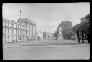 Corner of Worchester Street and Oxford Terrace, showing Riverbank Reserve, statue of Robert Falcon Scott, and city buildings, Christchurch