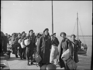 New Zealand soldiers in Italy, travelling home after World War 2