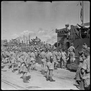 New Zealand soldiers arrive at Taranto, Italy, during World War 2