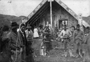 Unidentified group alongside the Te Tokanganui-A-Noho meeting house in Te Kuiti